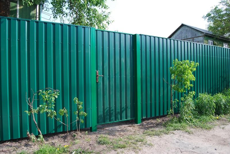 Забор изпрофнастила— популярное решение длядачи