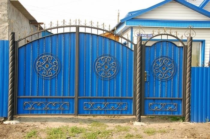 Ворота кованые спрофнастилом